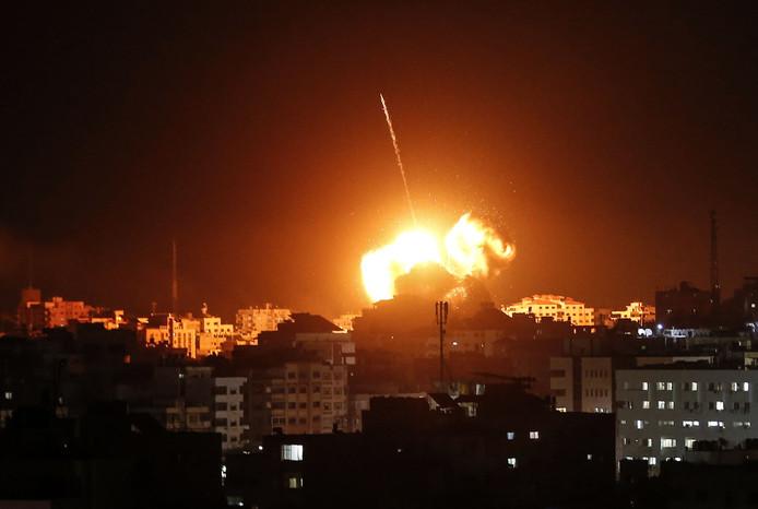 Een vuurbal stijgt op uit het kantoor van de Hamas-leider in Gaza-Stad tijdens de Israëlische luchtaanval.