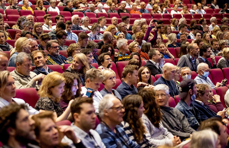 Circa 800 negatief op corona geteste, niet-kwetsbare belangstellenden wonen een optreden bij van het Residentie Orkest in het Zuiderstrandtheater. Het evenement geldt als een fieldlab-evenement.