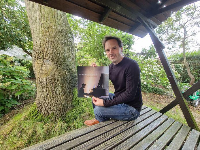 Jan Vankeerberghen met de nieuwe plaat Jeux Interdits hier aan de tafel in de tuin waar hij al heel wat muziek maakte.