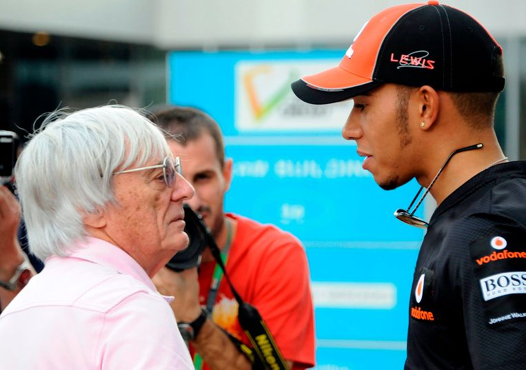 Ecclestone in gesprek met Lewis Hamilton.