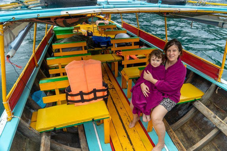 Verwaaide moeder en dochter op de longtailboot. Beeld Thibaut Renard