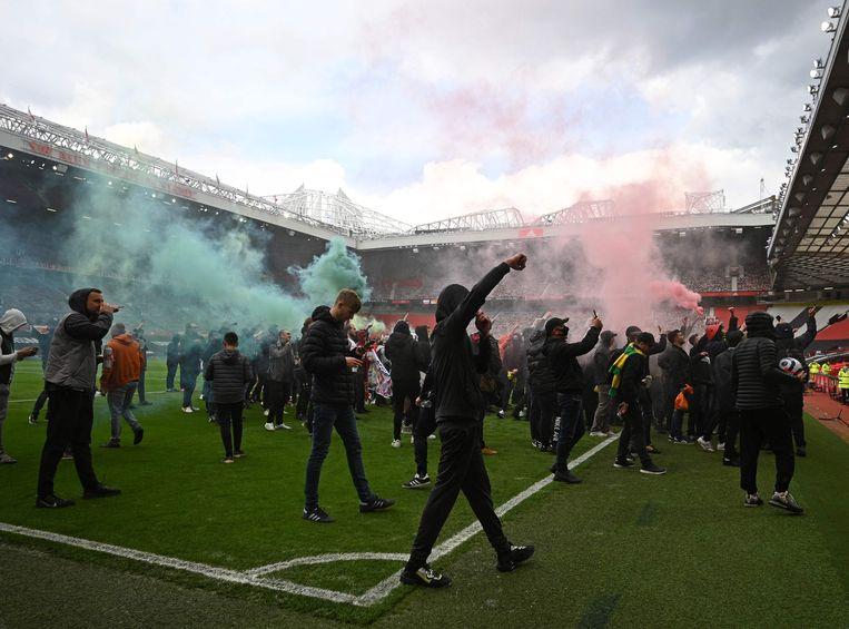 Supporters van Manchester United hebben het veld van hun club bestormd uit protest tegen de eigenaars, de Glazer-familie. Beeld AFP