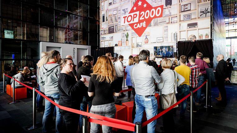 Drukte in het Top 2000 Café. De radio-dj's worden vanuit het café als een vis in een vissenkom bekeken Beeld ANP