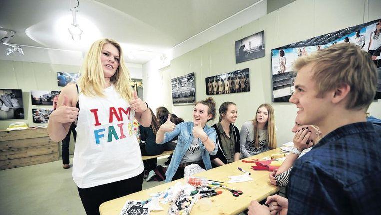 Leerlingen van het Willem Lodewijk Gymnasium bezoeken het Fair Fashion Lab in Den Haag. Rechts achter de tafel Floor en Marin. Beeld Phil Nijhuis