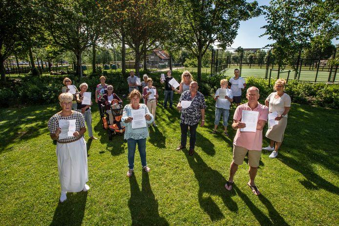 Omwonenden van het Dreespark in Naaldwijk zijn tegen de komst van een calisthenicspark en zijn daarom een handtekeningenactie begonnen. Links vooraan Karin Blankenstein, woordvoerster van de bewoners.