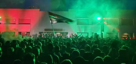 Spelers en duizenden supporters vieren samen uitbundig de promotie van NEC bij Goffertstadion