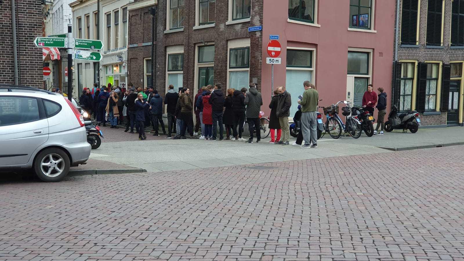 Een lange rij voor De Tulp in Zwolle.