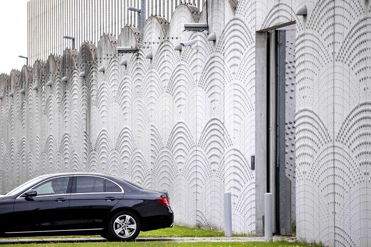 Een beveiligd transport vertrekt bij Justitieel Complex Schiphol, op de dag van het pleidooi van de advocaten van Moreno B. en Giërmo B., die worden verdacht van betrokkenheid bij de dood van advocaat Derk Wiersum. Beeld ANP