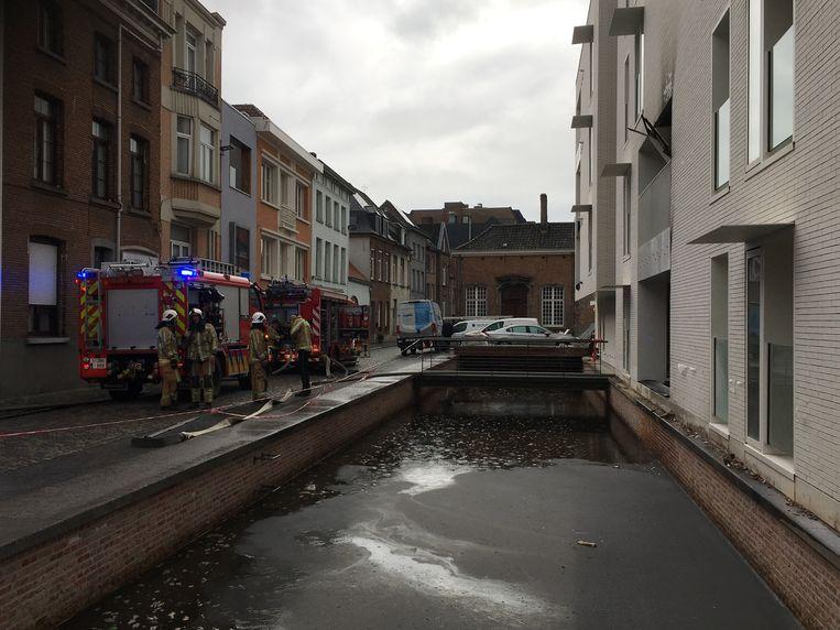 De brandweer kreeg het vuur snel onder controle maar moest lang nablussen?. Er was wel veel rookschade in het appartement.