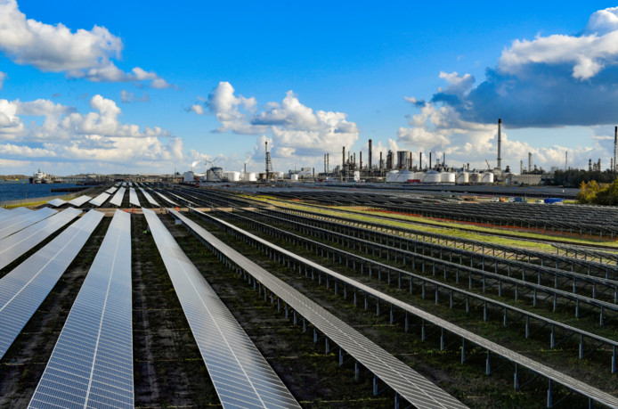 76.000 zonnepanelen heeft Shell Moerdijk inmiddels in de achtertuin tegen het Hollandsch Diep. Begin 2019 gaat dit zonnepark voorzien in 3 % van de energie die het chemieconcern hier gebruikt.  Ter vergelijking: je zou er ook 9.000 Nederlandse huishoudens mee kunnen voorzien.