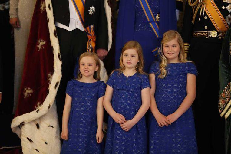 Kroonprinses Amalia (rechts) naast haar zussen Alexia en Ariane na de inhuldiging van hun vader op 30 april. Beeld anp