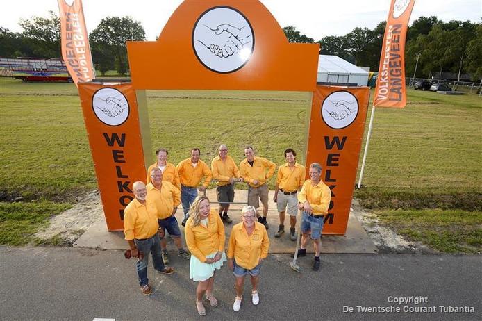 De organisatie van de Volksfeesten Langeveen bij de net gebouwde gloednieuwe poort. Woordvoerder met schep is Erik Oude Hendriksman.