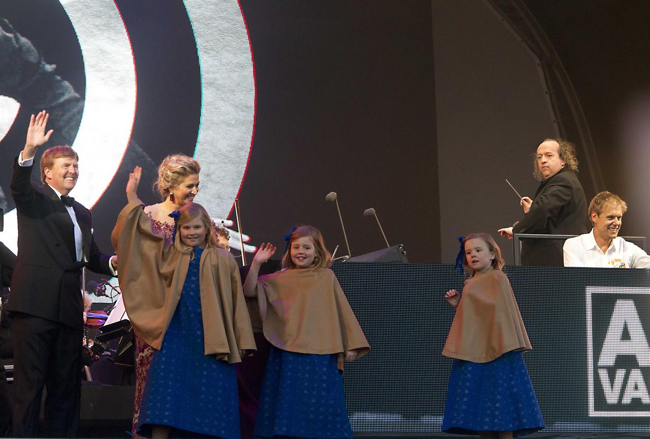 De koninklijke familie op het podium bij Armin van Buuren.