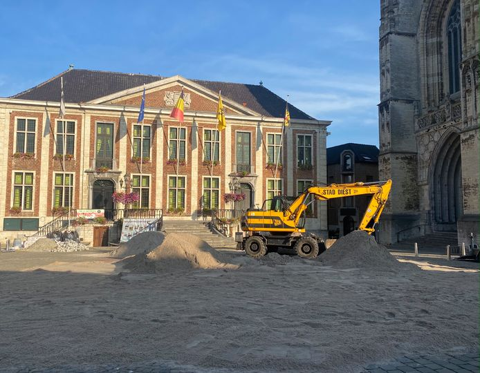 Stad Diest tovert grote markt om tot écht zandstrand.