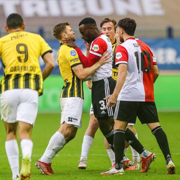 Strijd in GelreDome. Feyenoorder Lutsharel Geertruida grijpt Sondre Tronstad bij de keel.