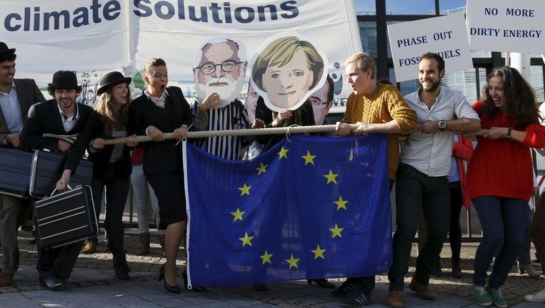 Klimaatactivisten voeren actie voor de Europese Raad in Brussel. Beeld REUTERS