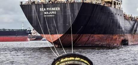 Olietanker verlaat Amsterdam na 15 weken aan de ketting
