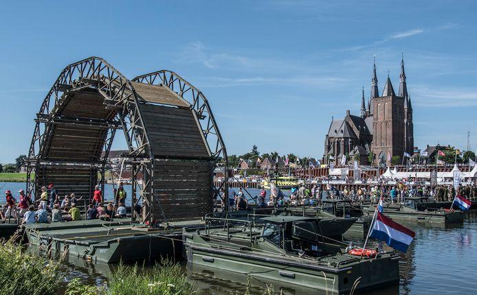 Voor de Vierdaagse wordt elk jaar tussen Cuijk en Middelaar over de Maas een pontonbrug neergelegd.