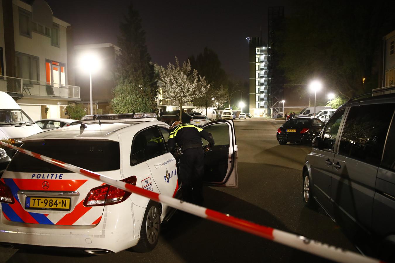 De politie zette De Alm in Zwolle af nadat een molotovcocktail tegen een woning was gegooid.