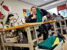 Modestudenten maken tassen voor vluchtelingen