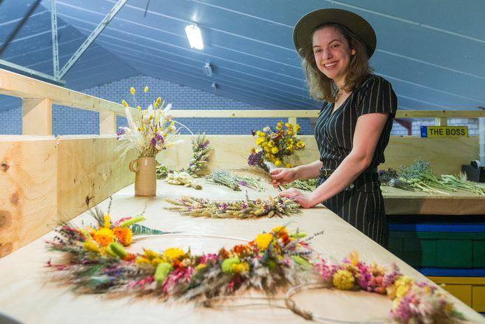 Aan haar werktafel maakt Senna Eijkemans uit Boskant creaties met droogbloemen.
