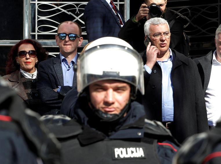 Pro-Russische Montenegrijnse parlementariërs zochten deze week bescherming tegen demonstranten. Beeld REUTERS