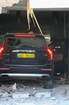 Auto rijdt toko binnen op Binnenban in Hoogvliet