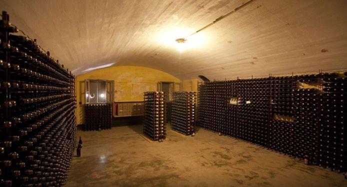 Een van de bomvrije kelders waar het bier ligt te rijpen.