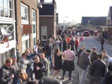 Politie beëindigt straatfeest met honderden mensen in De Goorn, publiek gooit met glas
