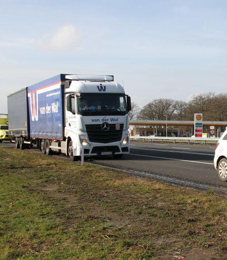 Politie moet raam inslaan om chauffeur uit gestolen vrachtwagen te krijgen langs snelweg