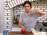 Selena Gomez roert weer in de potten voor nieuwe kookserie (en dat loopt bijna fout af)
