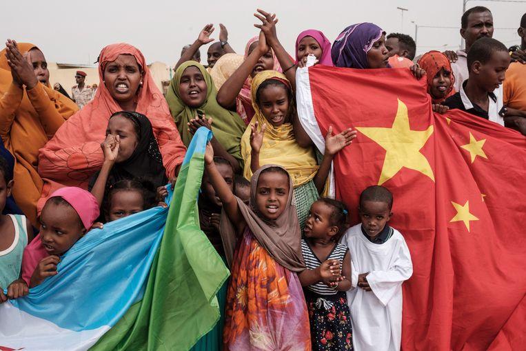 De Chinese vlag naast die van Djibouti, waar China niet alleen militaire basis heeft maar ook investeert in een grootschalig huisvestingsproject. Beeld Hollandse Hoogte / AFP