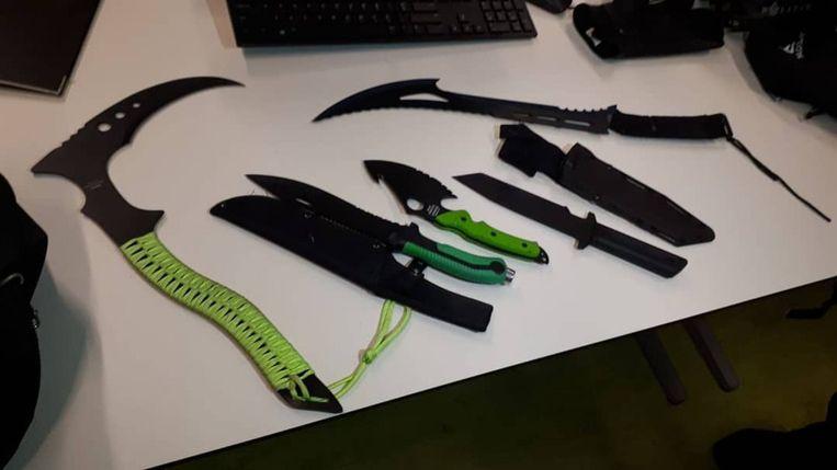 In Buitenveldert vond de politie in januari messen van wel 60 centimeter lang. Beeld POLITIE ZUID-BUITENVELDERT