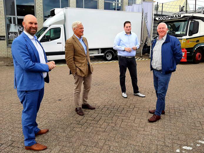 Wethouder Boaz Adank, Voedselbank-voorzitter Joost Bauwens, Martijn Horsten van Louwman Bedrijfswagens en Voedselbank-coördinator Thijs Verhees voor de nieuwe vrachtwagen van de Voedselbank Breda.