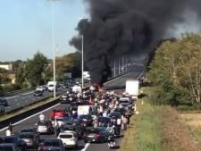 Chaos sur l'autoroute de la mer après un carambolage, trois voitures en feu