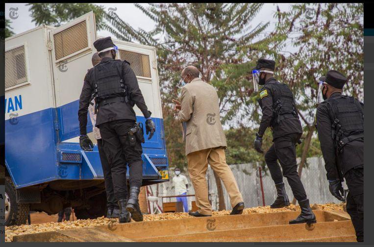 Paul Rusesabagina wordt weggeleid door Rwandese agenten; zijn proces start volgende week. Carine Kanimba: 'President Kagame zou zwaar ziek zijn. De geruchten in Rwanda luiden dat hij dit nog wil afmaken voor hij sterft.'  Beeld RV