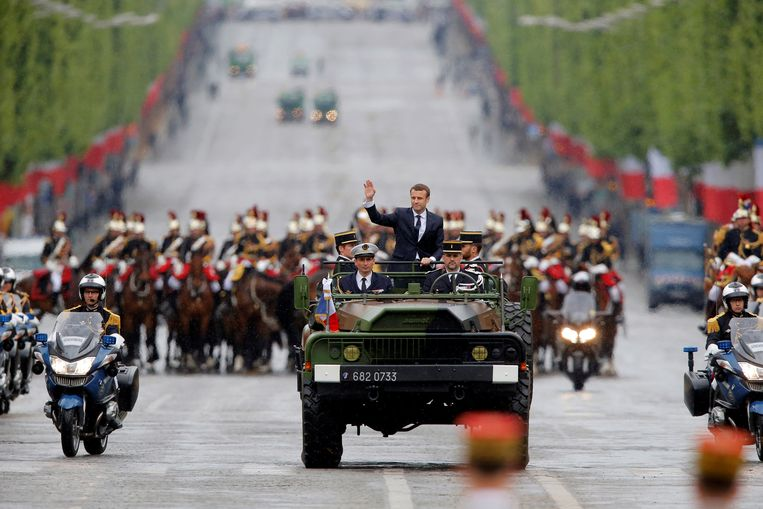 Macron groette vanmiddag het Franse volk op de Champs-Elysées. Beeld REUTERS
