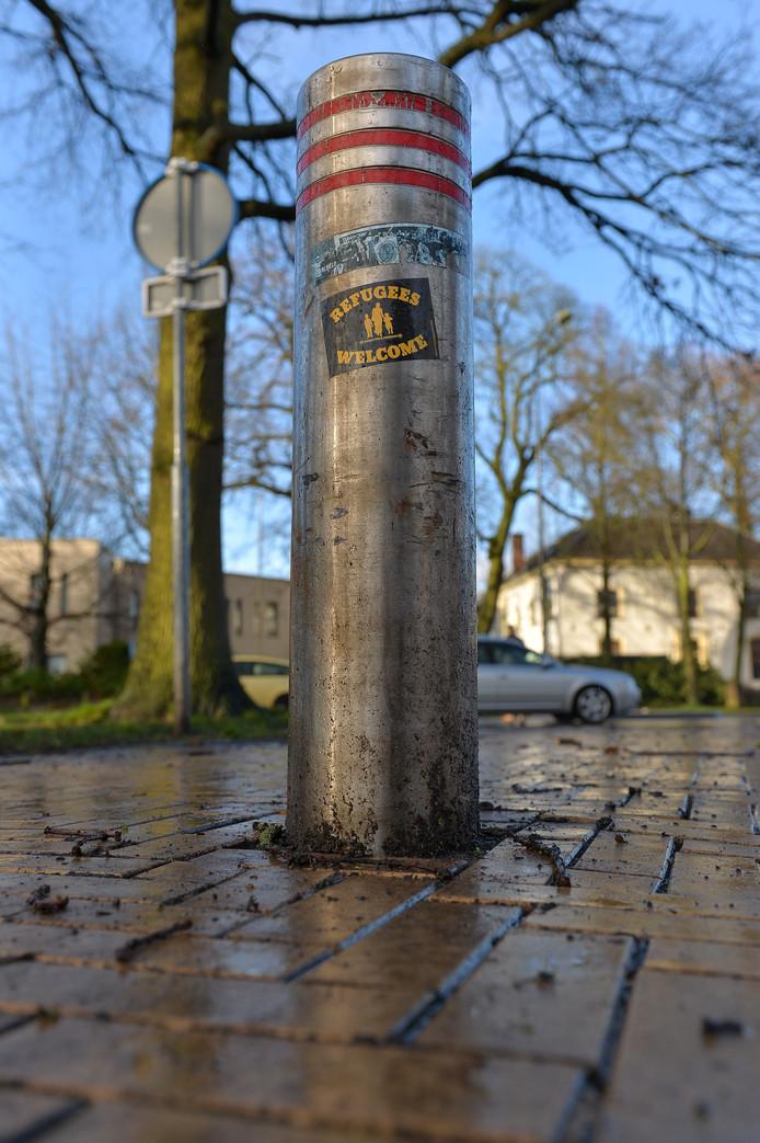 In het Beekpark zijn op verschillende plekken stickers met de tekst 'Refugees Welcome' geplakt.
