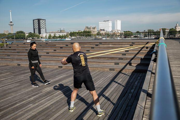 Tijdens de coronacrisis is een simpele trapleuning opeens handig om te gebruiken tijdens het trainen als de sportscholen dicht zijn.