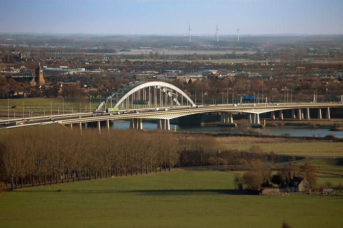 De A2 met de Lekbrug bij Vianen.