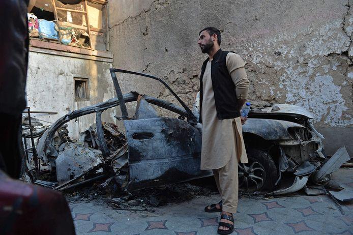 Emal Ahmadi bij de auto die werd bestuurd door zijn broer Ezmarai. Het Amerikaanse leger dacht dat IS de auto wilde laten exploderen en vuurde via een drone een raket af op het voertuig. Ezmarai en nog negen anderen kwamen daarbij om het leven.