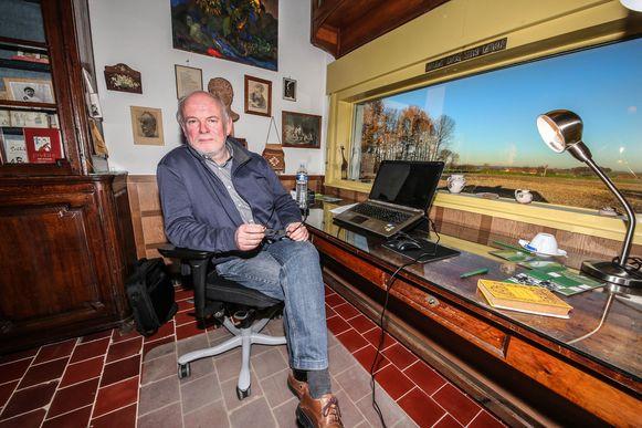 Auteur Patrick Cornillie, hier te zien in het huis van Stijn Streuvels in Ingooigem. Dankzij het project 'Schrijvers in Residentie' mocht de Lichterveldse wielerschrijver er in 2016 twee weken wonen en werken.