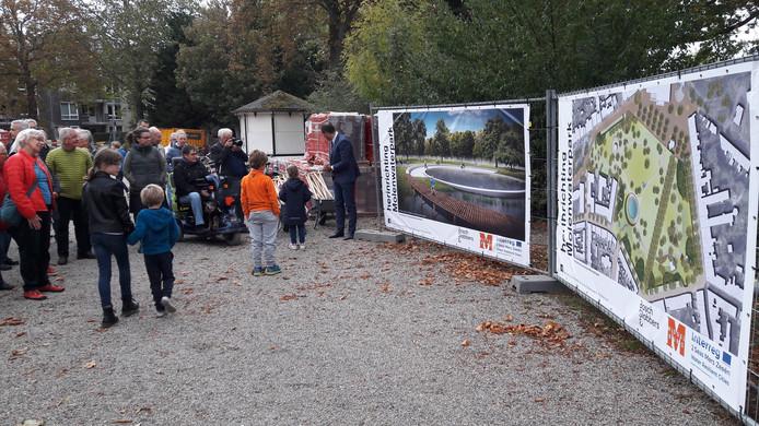 Omwonenden zijn nauw betrokken geweest bij de herinrichting van het Molenwaterpark. Maar de plannen vallen veel duurder uit en dus heeft de gemeente wensen moeten schrappen.