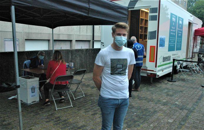 Jarne Vanalderwierelt was één van de eersten om zich te melden bij de vaccinatiebus in de wijk Scheldekouter.