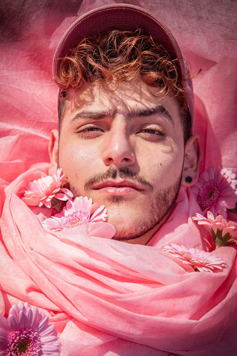 Mo (22) houdt van de kleur roze. In Syrië mocht hij die kleur niet dragen, dat was voor meisjes. Toen hij als puber zonder ouders in Nederland kwam, voelde hij zich bevrijd. Nu studeert hij aan het Amsterdam Fashion Institute. Beeld Cidem Yuksel