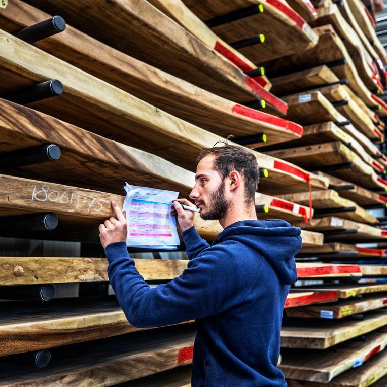 Tafelbladen in het magazijn bij Table du Sud in Heeze.  Beeld ©raymond rutting photography