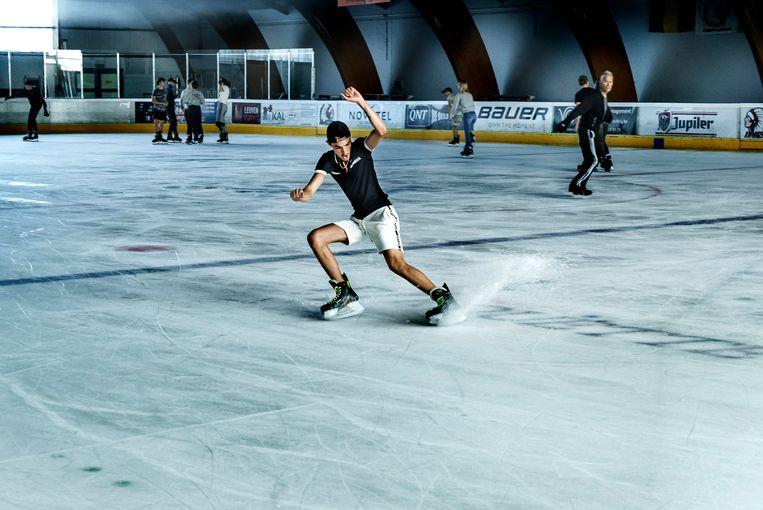 Deze jongeren kwamen naar Leuven voor een rondje schaatsen, in short.   Beeld Eric de Mildt