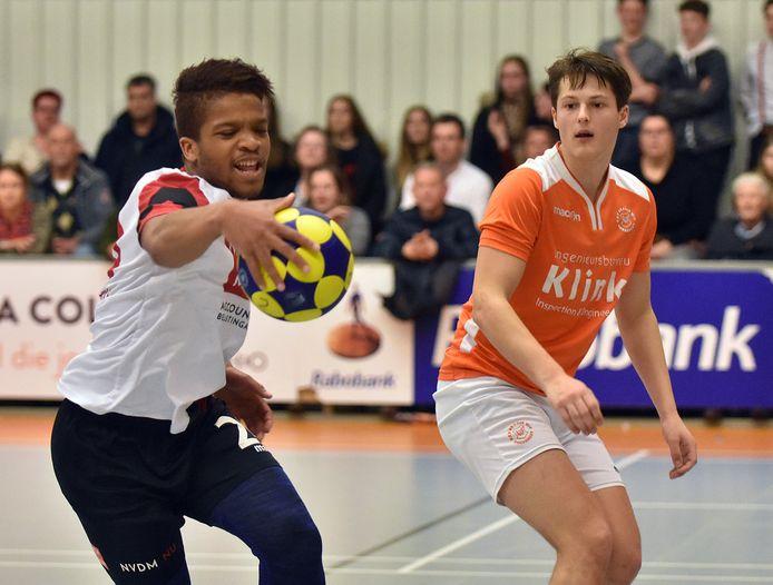 Zachary van Thijs (links) namens Sporting Delta in de derby tegen Oranje Wit.
