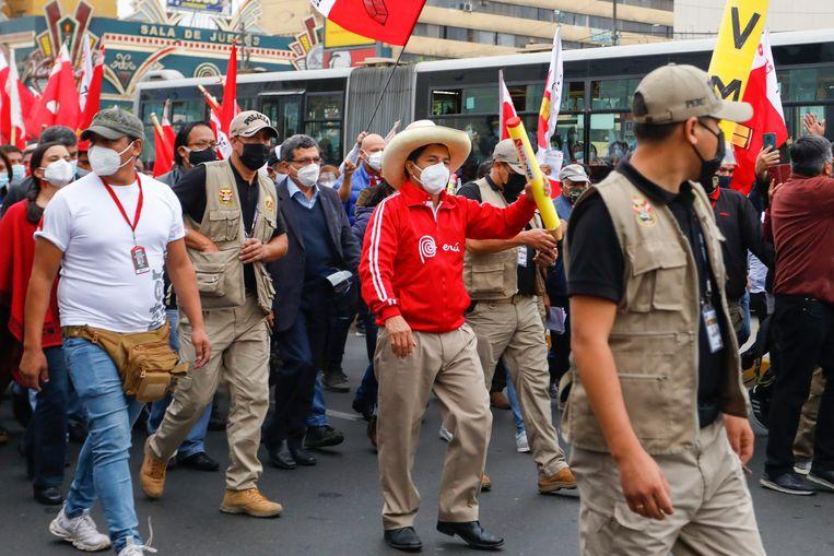 De linkse presidentskandidaat Pedro Castillo omringd door aanhangers op de laatste dag van zijn campagne voor de verkiezingen van zondag.   Beeld Ricardo Moreiro / Getty Images