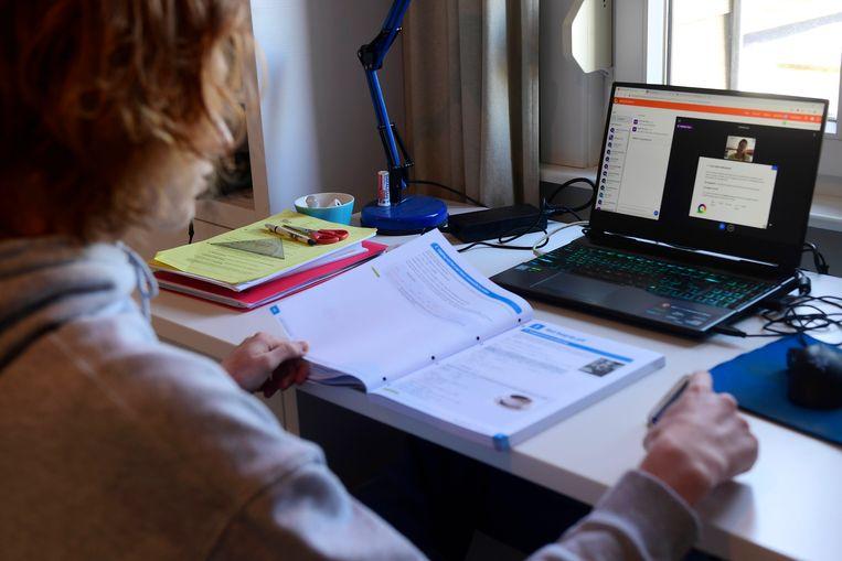 Scholieren van de tweede en derde graad secundair zullen de lessen weer minstens halftijds thuis voor hun laptop moeten volgen. Al wie jonger is mag fysiek terug naar school. Beeld Photo News